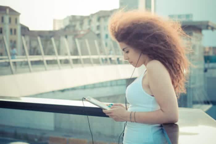 cabelo embaraçado como evitar young beautiful long curly hair hipster woman listening music 20279 6918