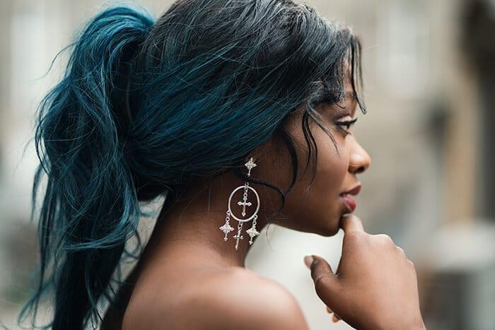 negra com cabelo colorido