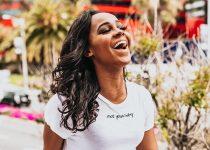 mulher negra com cabelo relaxado ondulado