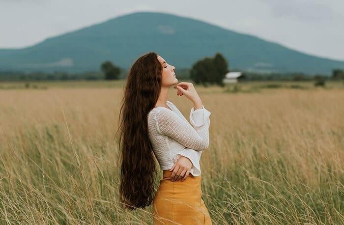 menina com cabelo ondulado longo