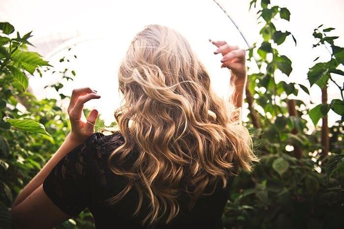 mulher loira com cabelo loiro ondulado