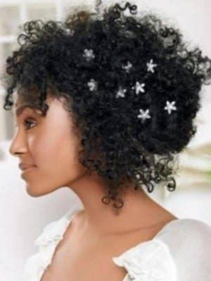 penteados-para-casamento-para-cabelo-curto-e-crespo-flores-2