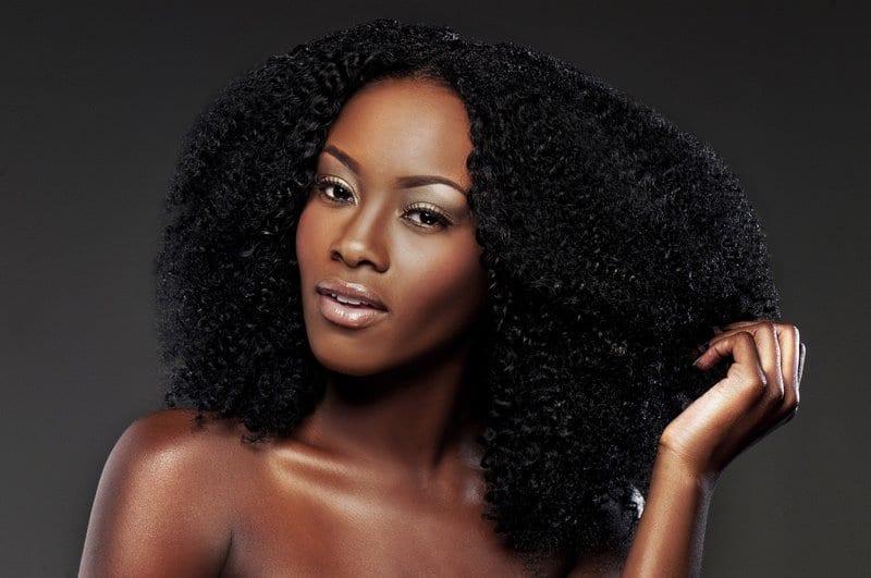 negra com cabelo crespo natural