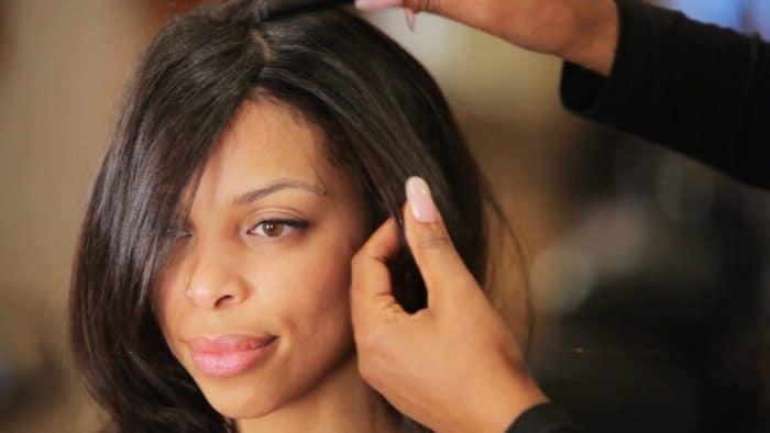 moça negra com cabelo alisado