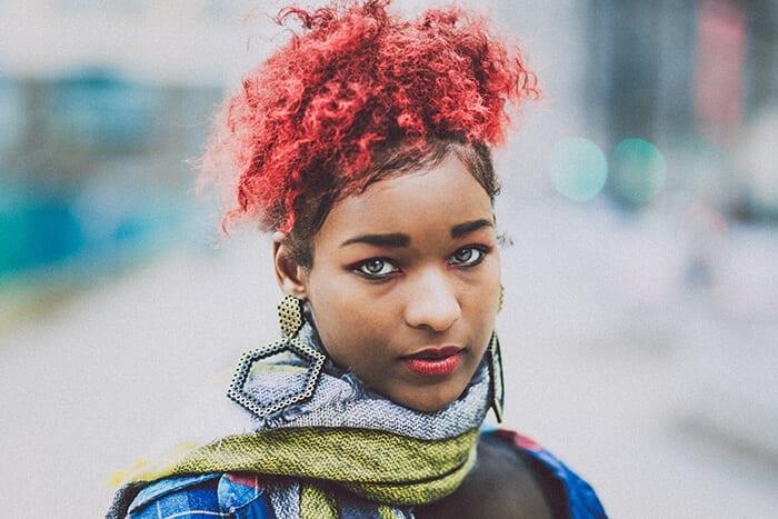 moça negra com cabelo colorido vermelho