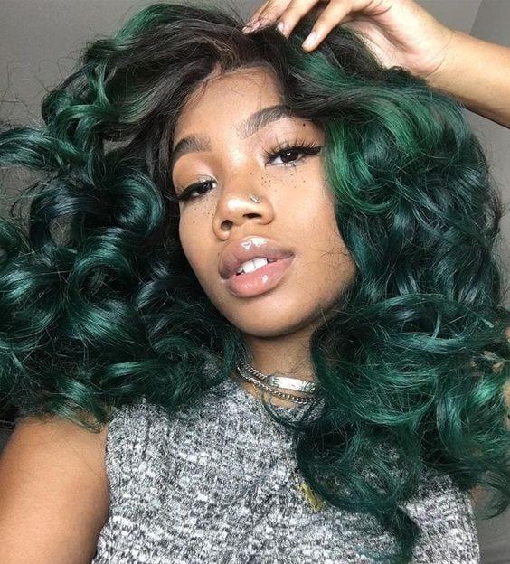 moça negra com cabelo colorido verde
