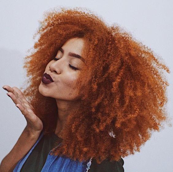 moça negra com cabelo colorido laranja