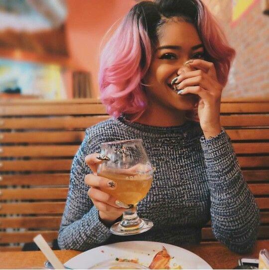 moça negra com cabelo colorido rosa