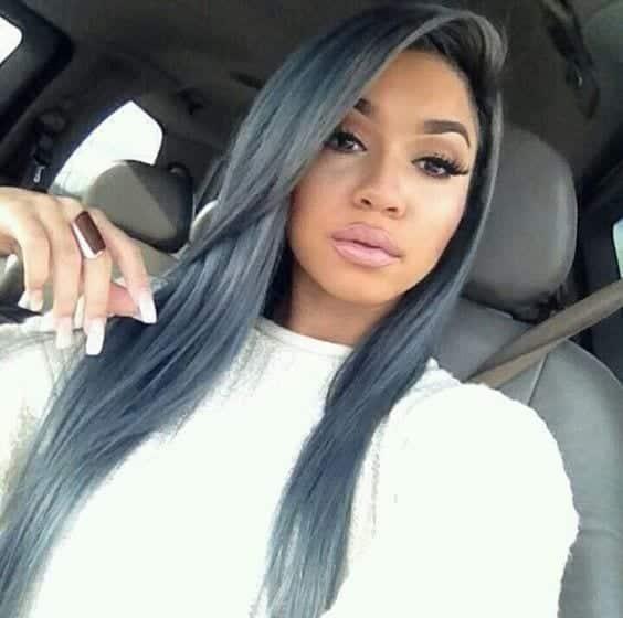 moça negra com cabelo colorido grafite