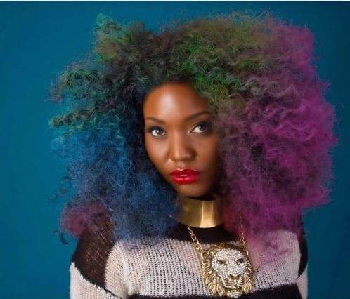 moça negra com cabelo colorido