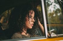 moça com cabelos cacheados definidos