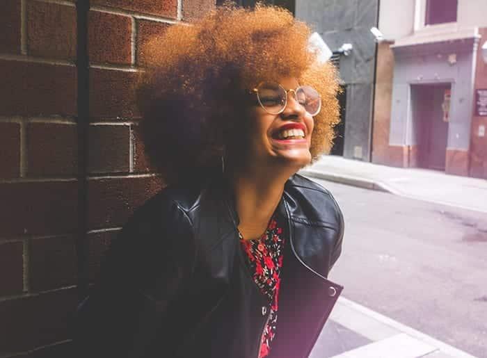 mulher negra loira