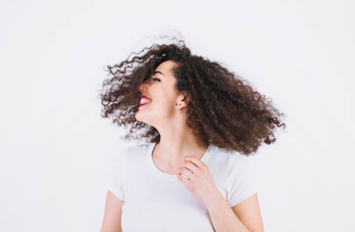transição capilar cheerful woman shaking hair 23 2147771630