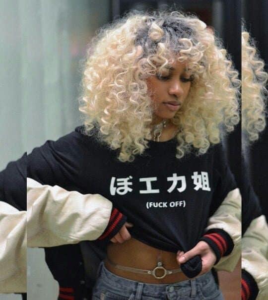 moça negra com cabelo colorido loiro
