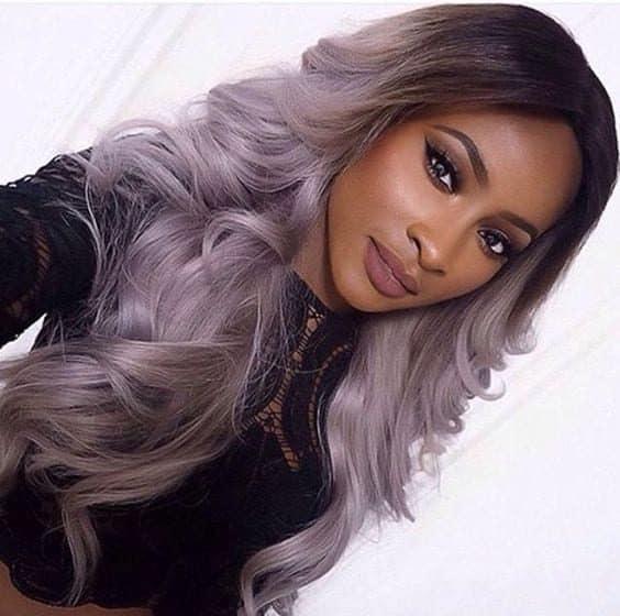 moça negra com cabelo colorido cinza