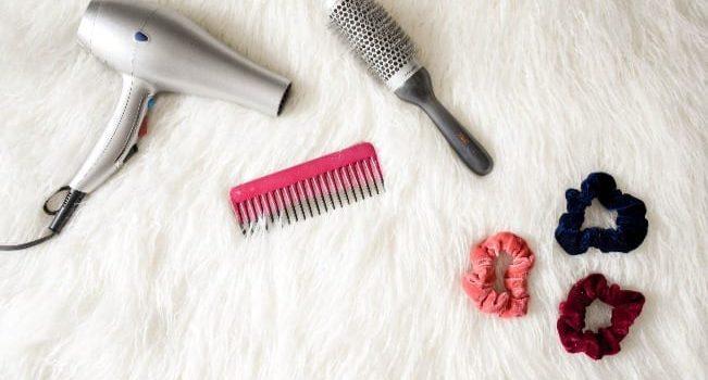 secador, amarrador de cabelo, pente e escova