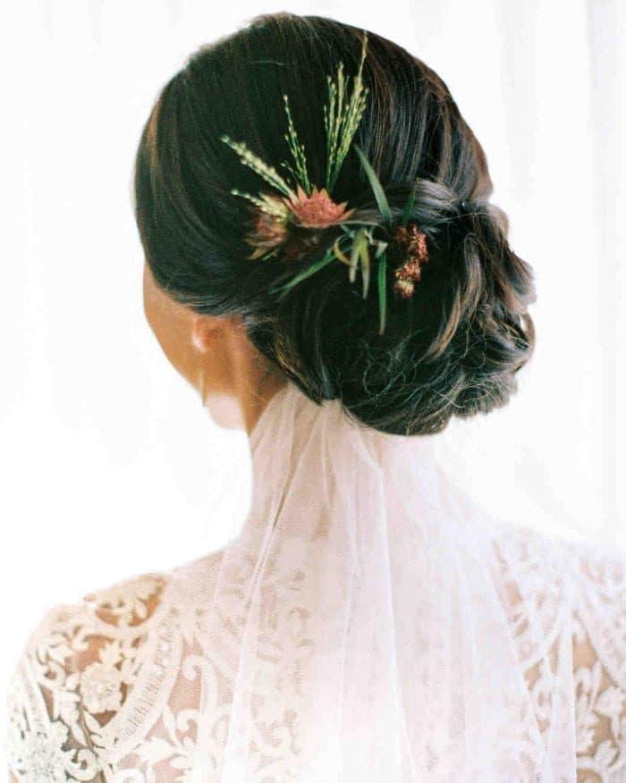 Noivas com flor no cabelo floral hairstyles carla boecklin 0618.jpg vert 700x876 9232255 4059332