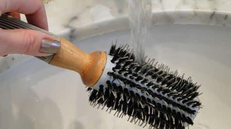 Como lavar corretamente escova de cabelos