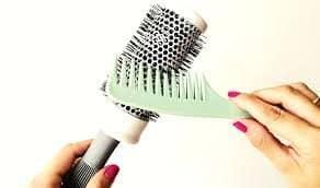 retirando fios da escova cabelos 6314311 8328706