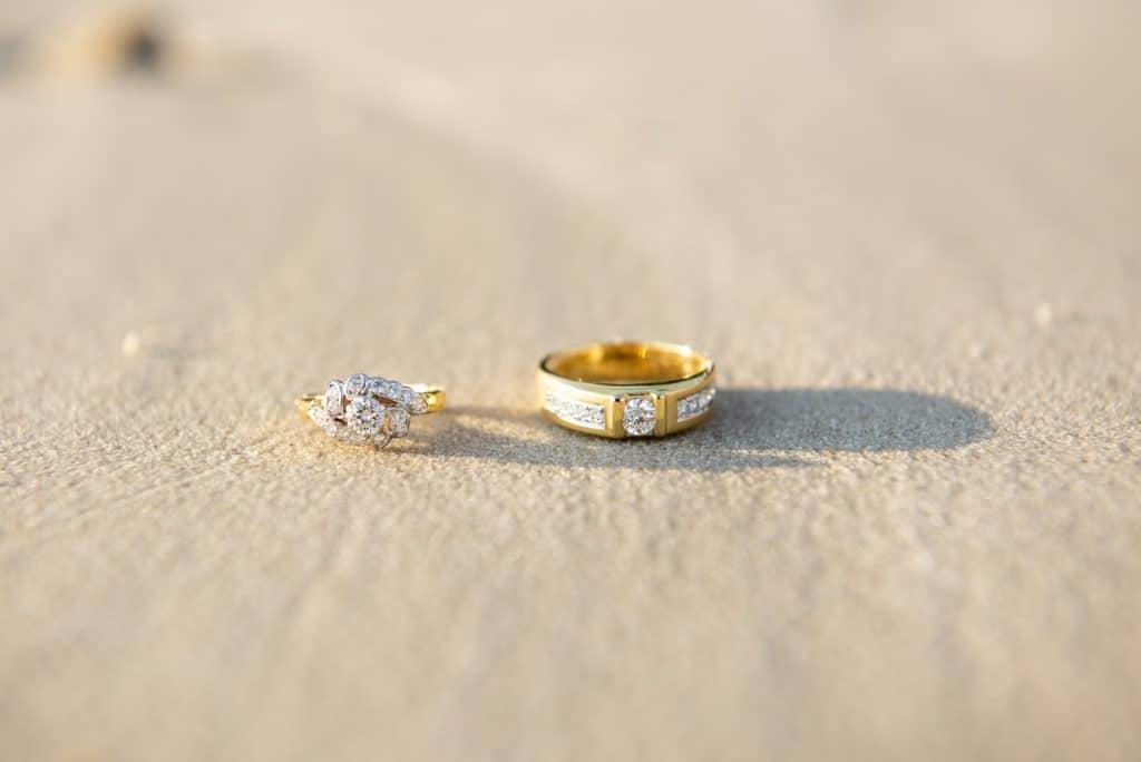 Anel de casamento de ouro